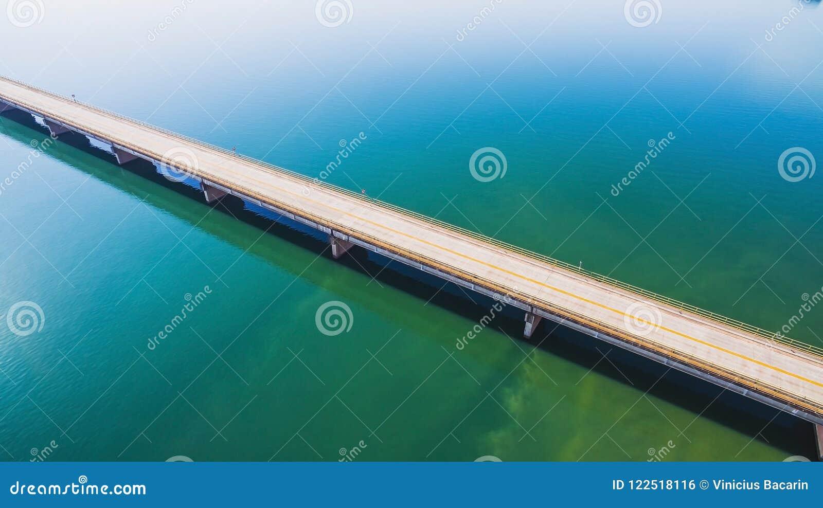 Vista aérea de un puente largo de la carretera sobre un río