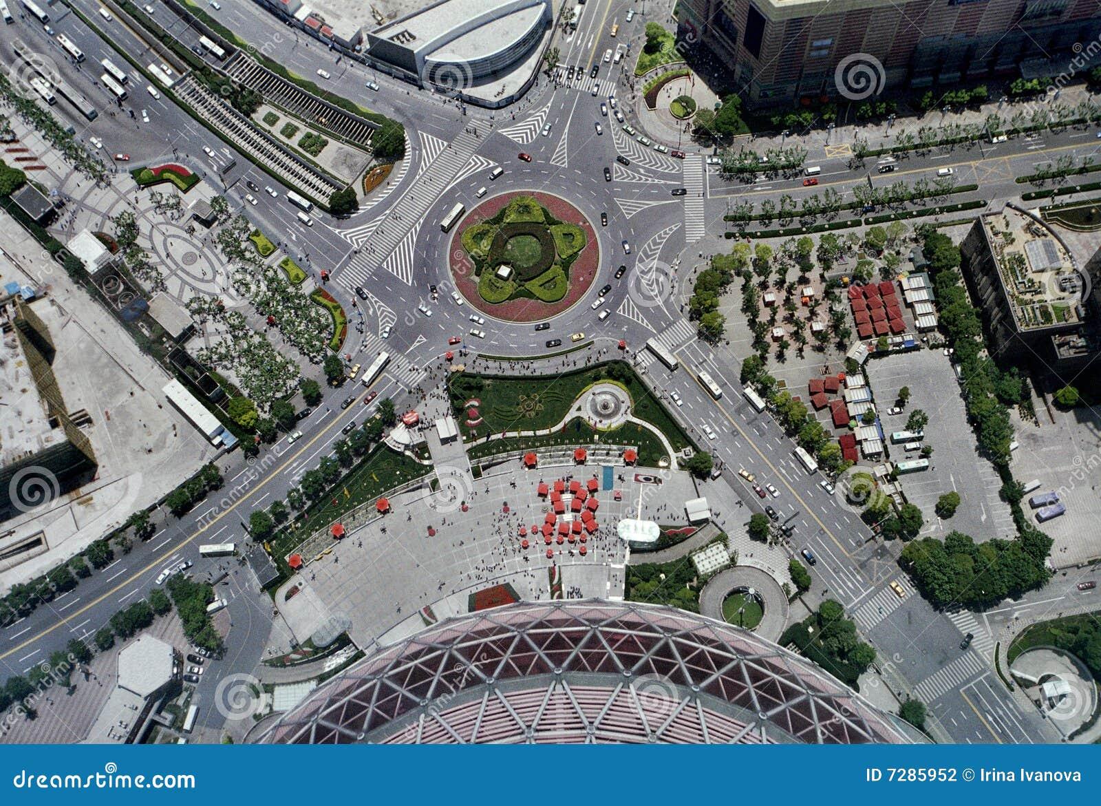 Vista aérea de una intersección del camino