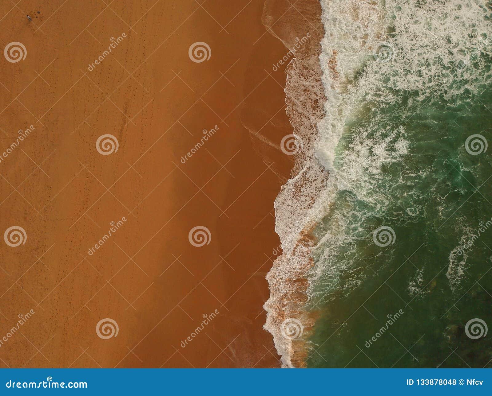 Vista aérea de una playa arenosa grande con las ondas Costa costa portuguesa