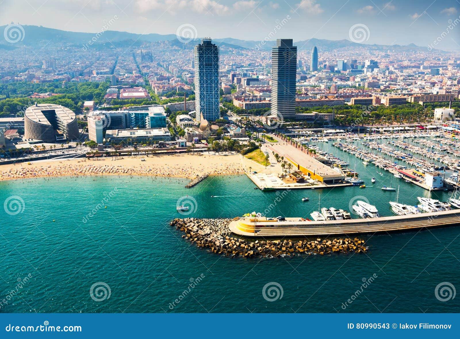 Vista aérea de yates atracados en puerto Barcelona