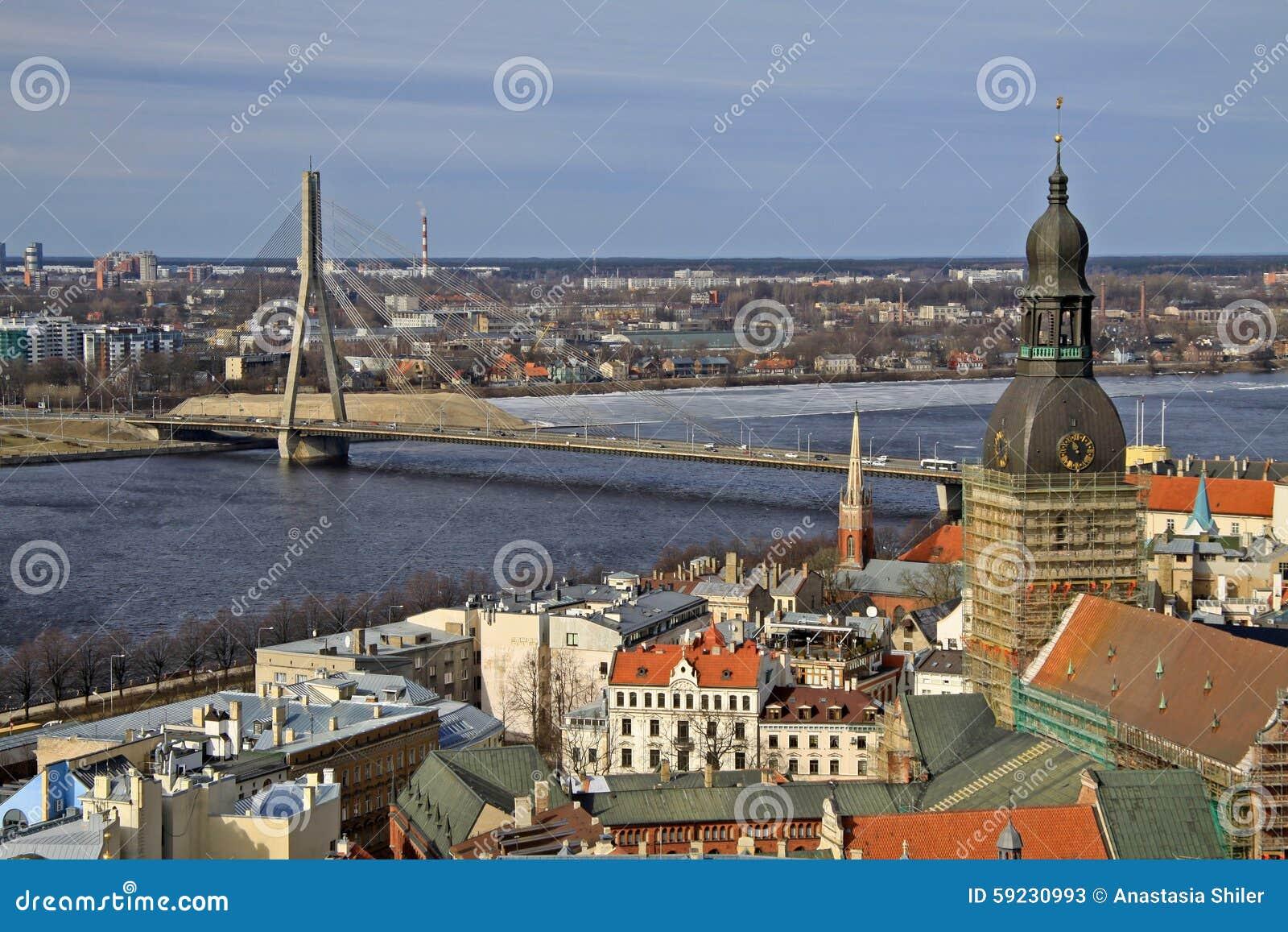 Vista aérea del Daugava de Riga y del río de la iglesia de San Pedro, Riga, Letonia