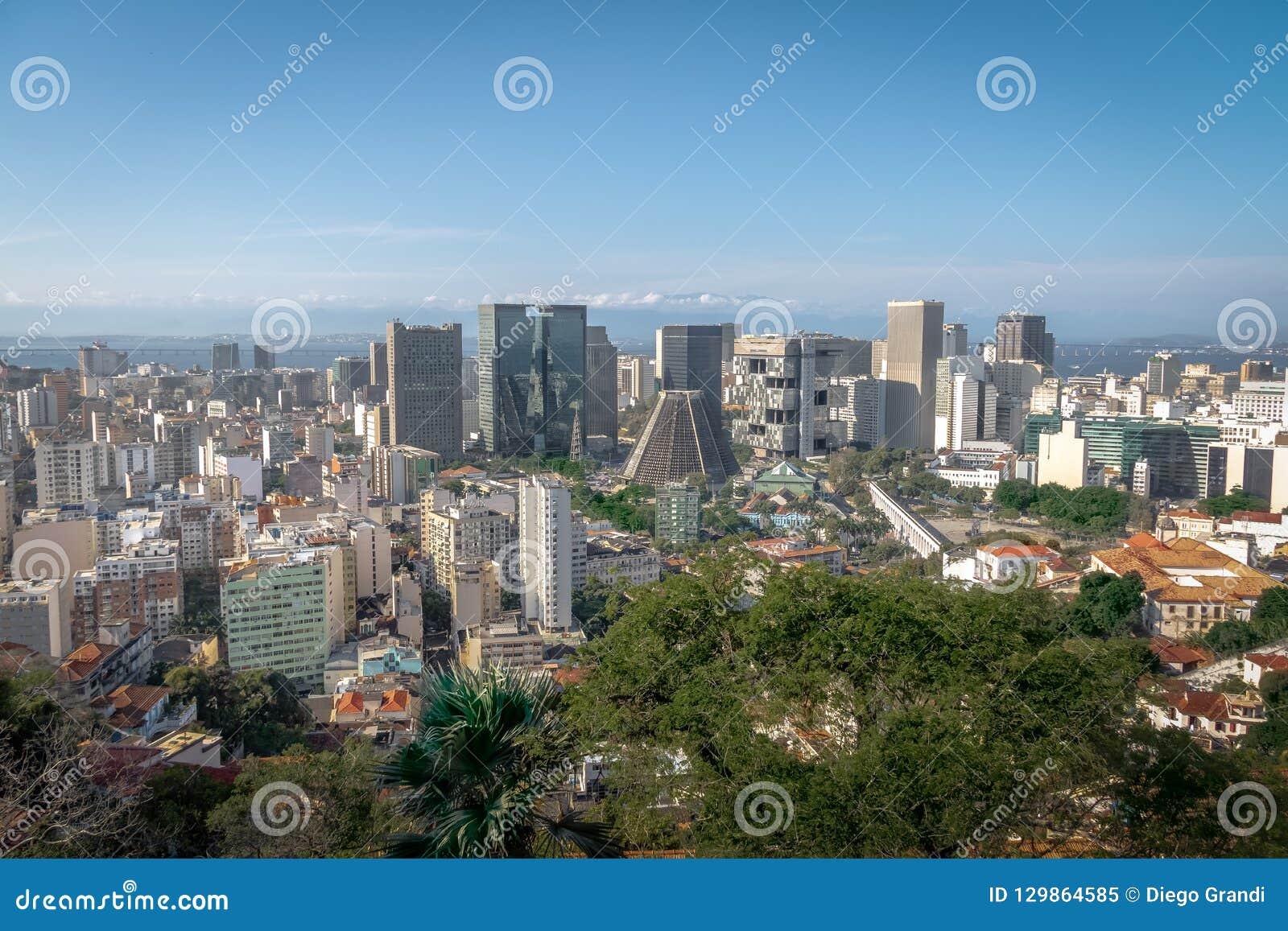 Vista aérea del horizonte céntrico y de la catedral metropolitana - Rio de Janeiro, el Brasil de Rio de Janeiro