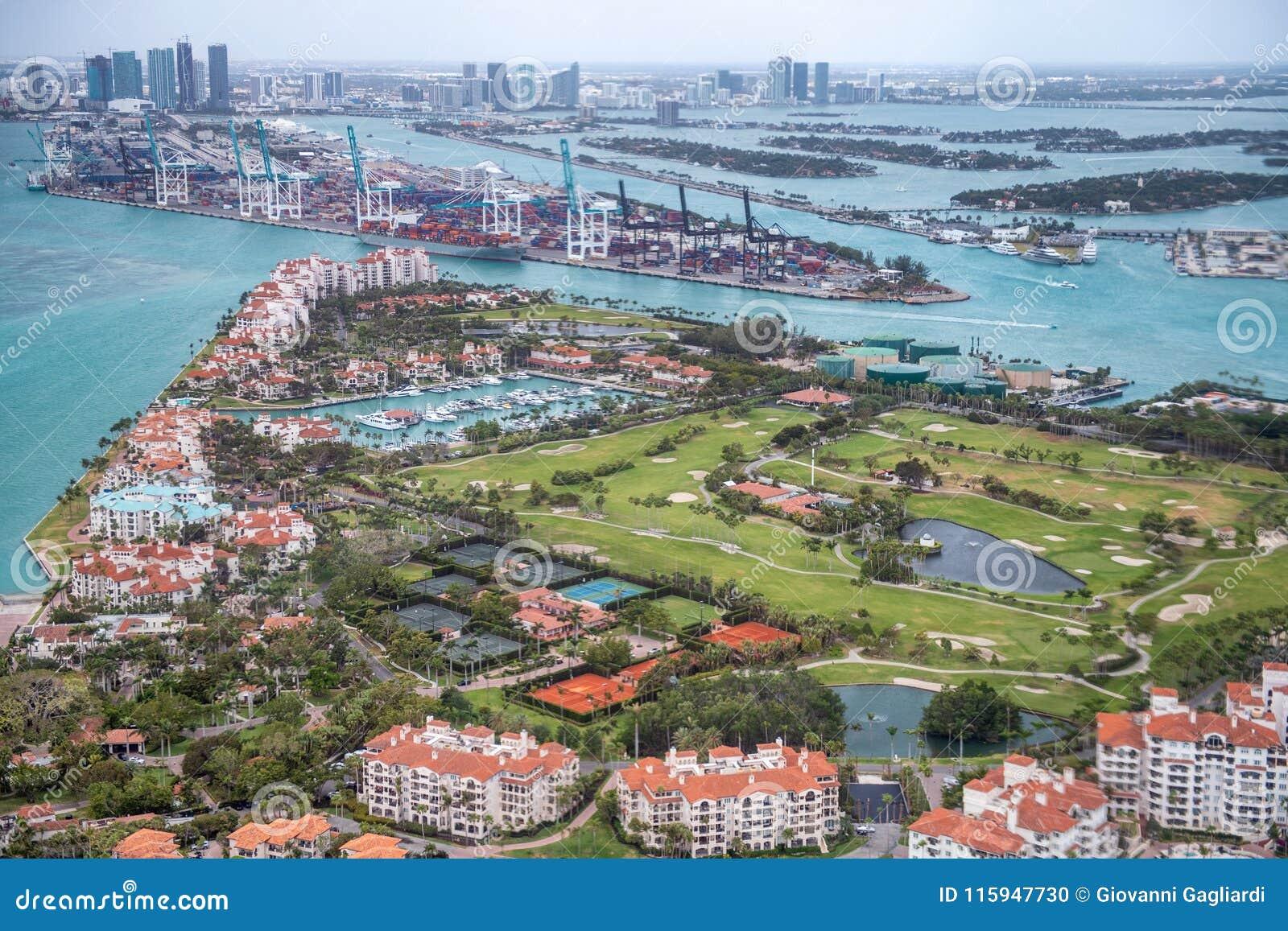 Vista aérea del horizonte de Fisher Island y de Miami, la Florida