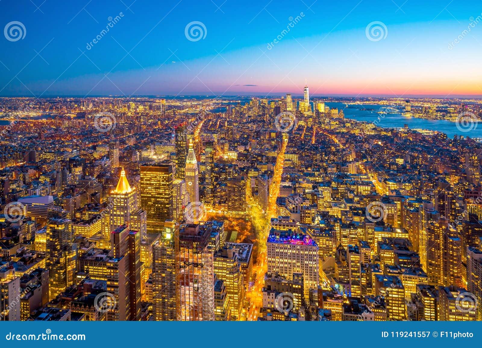 Vista aérea del horizonte de Manhattan en la puesta del sol, New York City