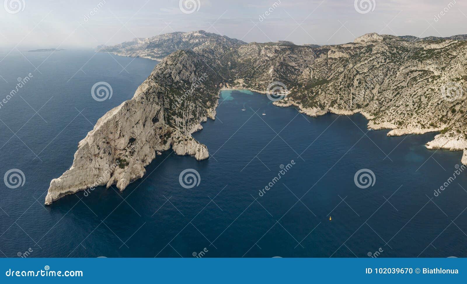 Vista aérea del parque nacional de Calanques en la costa meridional de Francia