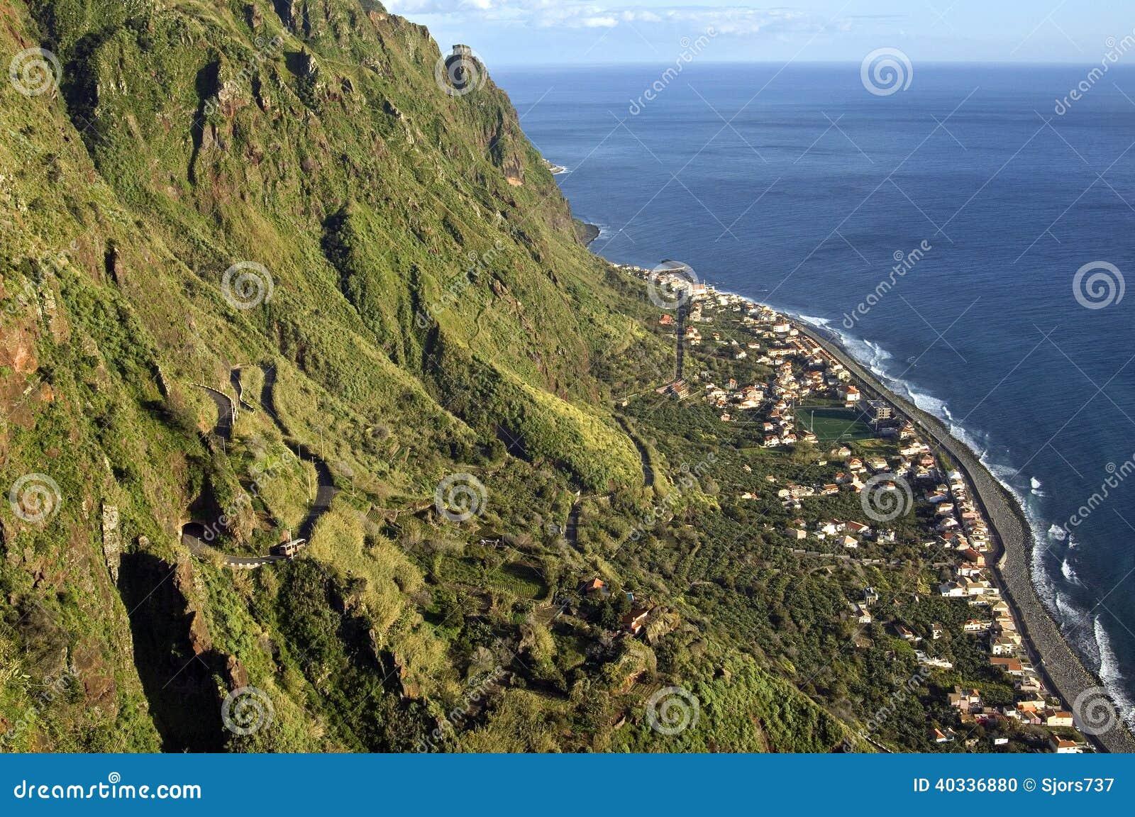 Vista aérea del pueblo costero, acantilados, Océano Atlántico