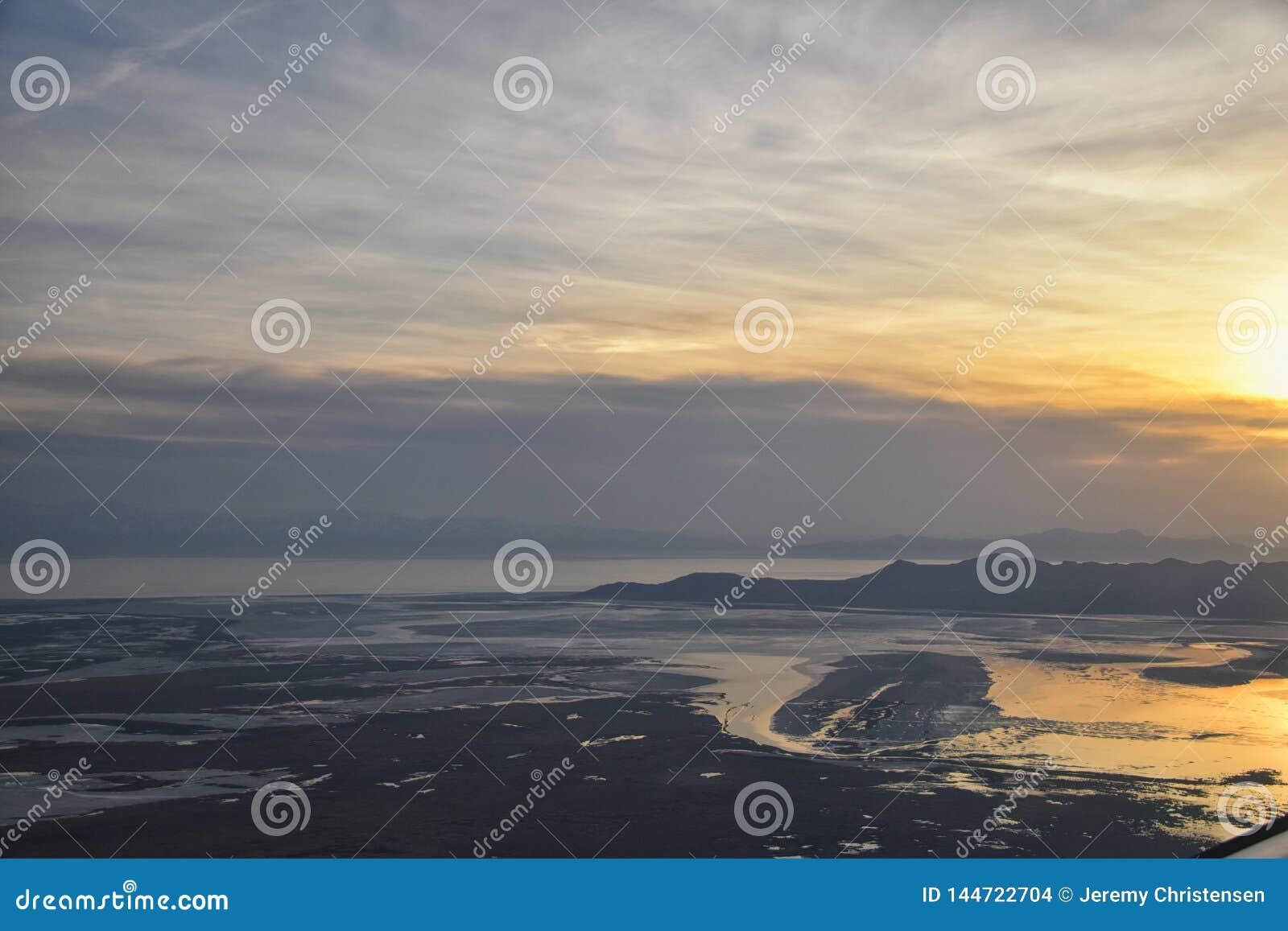 Vista a?rea do avi?o da ilha do ant?lope no por do sol, vista dos magnum, cloudscape varrendo no nascer do sol com o Great Salt L