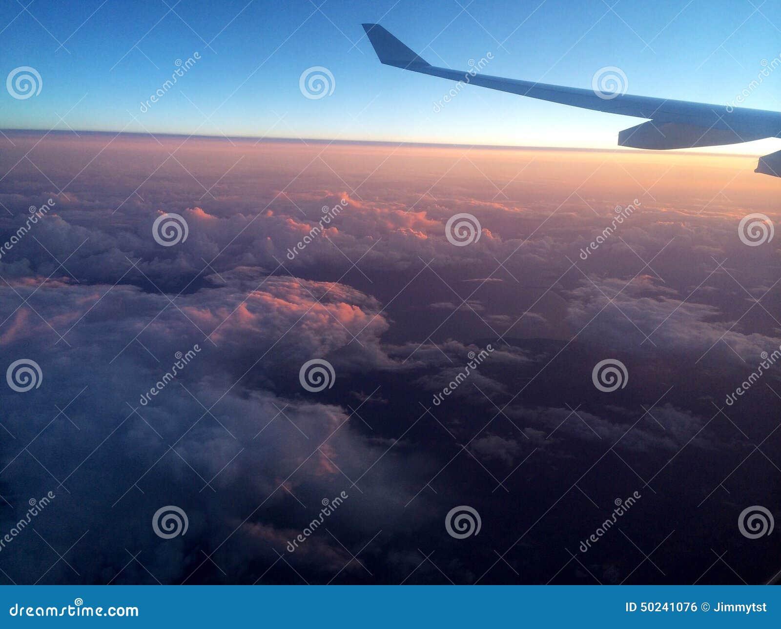 Vista aérea do céu nebuloso de cima de