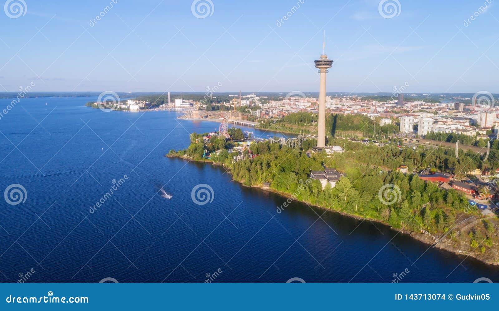 Vista aérea do lago Torre e parque de diversões de observação na costa