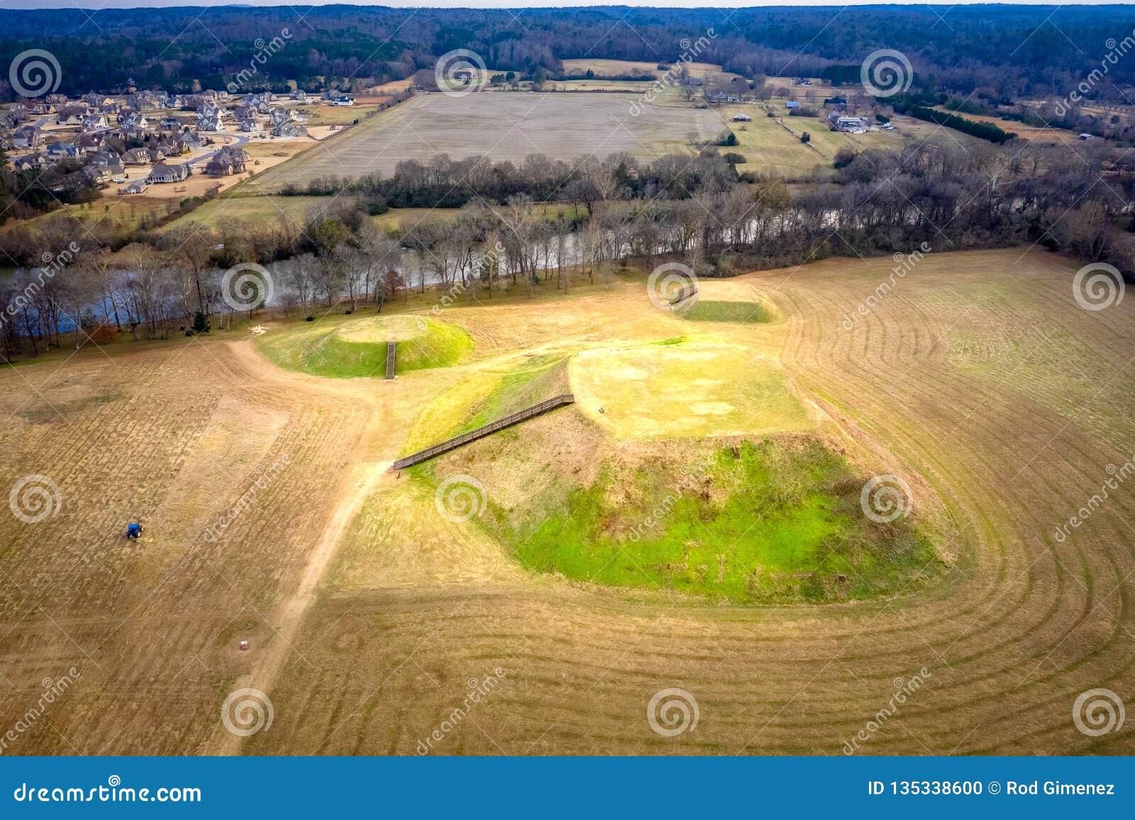 Vista aérea do local histórico dos montes indianos de Etowah em Cartersville Geórgia