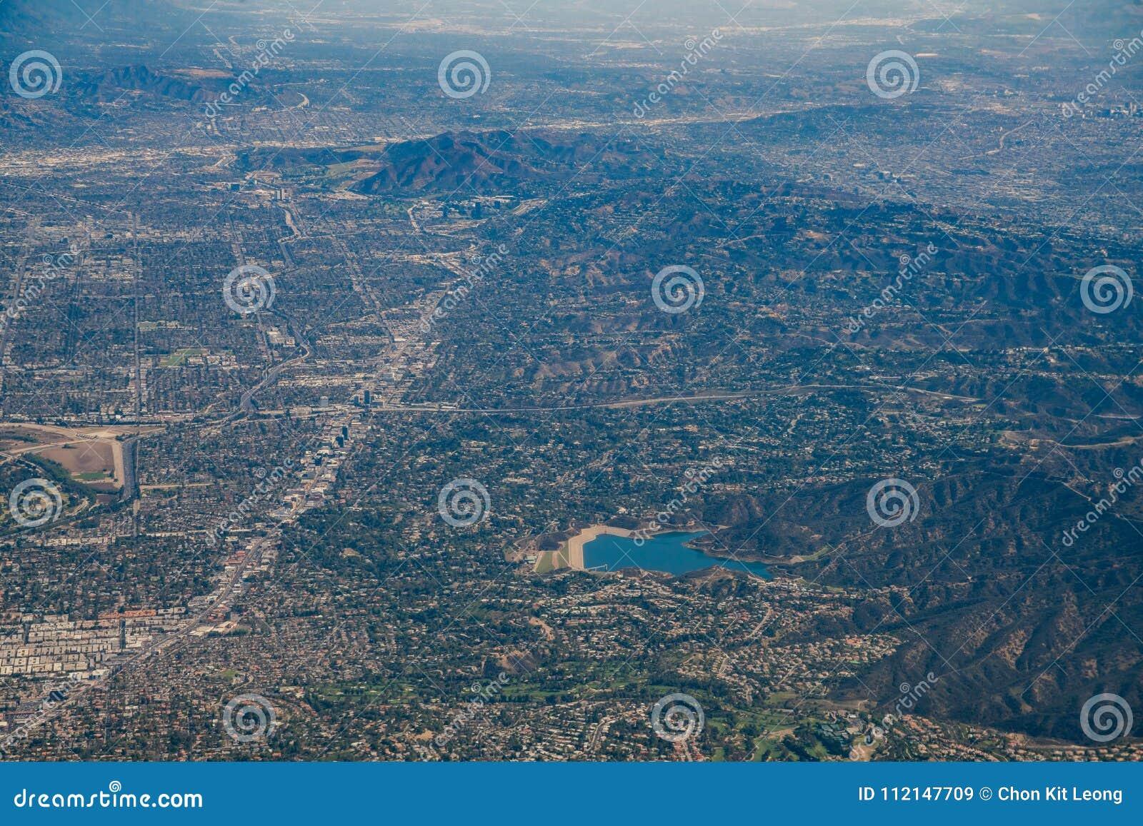 Vista aérea do reservatório de Encino, Van Nuys, Sherman Oaks, H norte