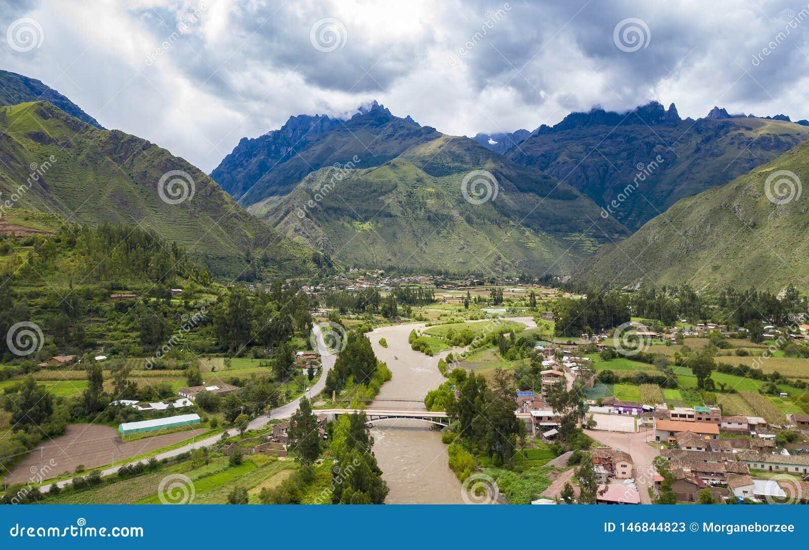 Vista aérea do rio no vale sagrado dos Incas perto da cidade de Urubamba