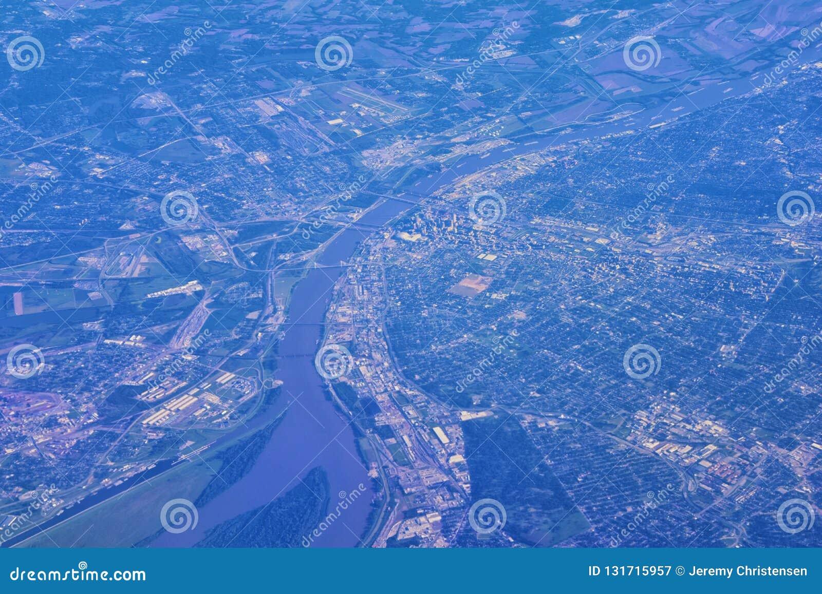 Vista aérea do Saint Louis do St que IS-IS uma cidade principal em Missouri com o arco da entrada, ao longo do rio Mississípi no
