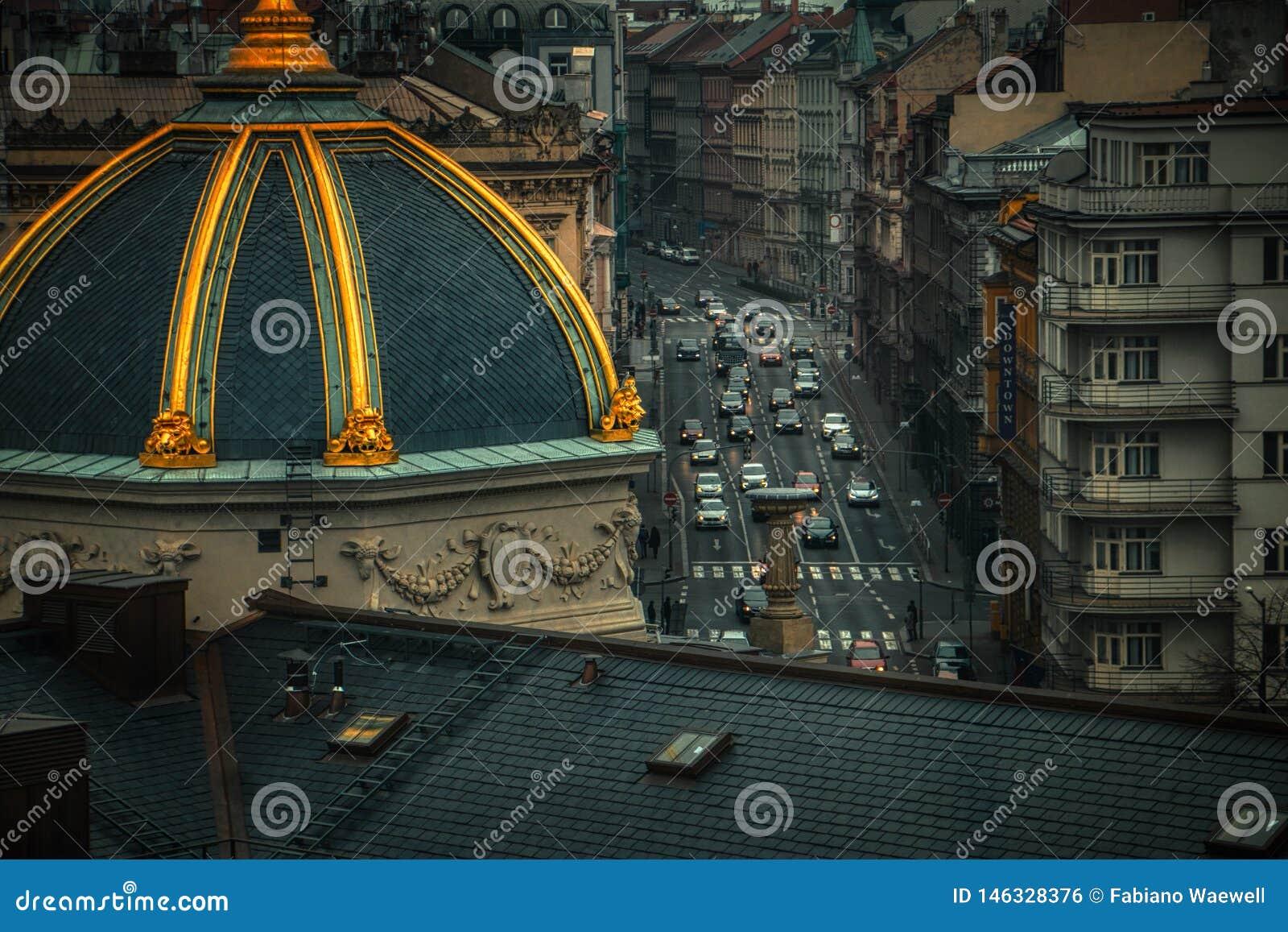 Vista aérea dos carros na noite de Praga do tráfego