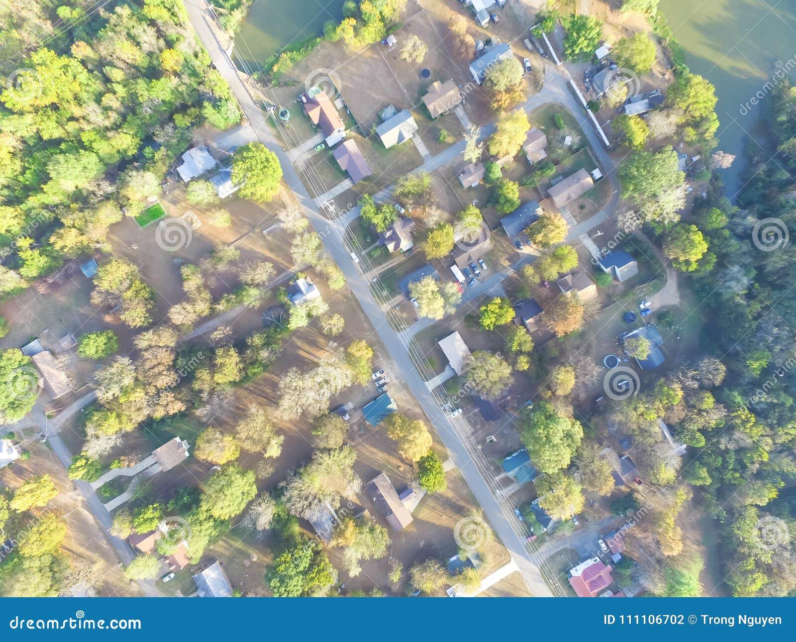 Vista aérea escénica del área suburbana verde de Ozark, Arkansas, los E.E.U.U.