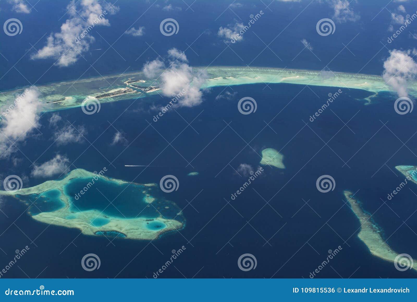 Vista aérea hermosa asombrosa del atolón con las islas tropicales en Maldivas