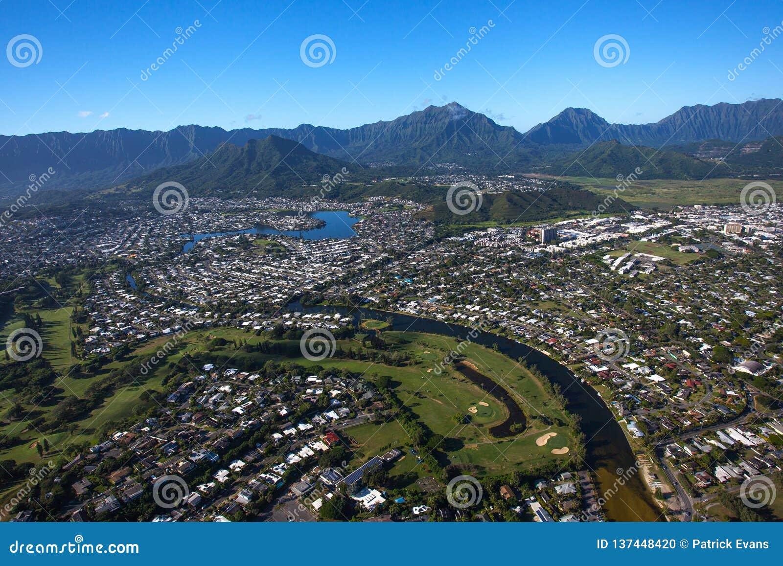 Vista aérea hermosa de Kailua, Oahu Hawaii en el lado de barlovento más verde y más lluvioso de la isla