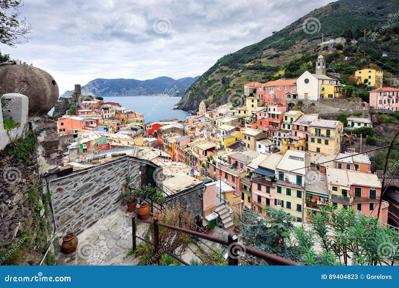 Vista aérea na cidade da cidade de Vernazza no parque nacional de Cinque Terre, Itália