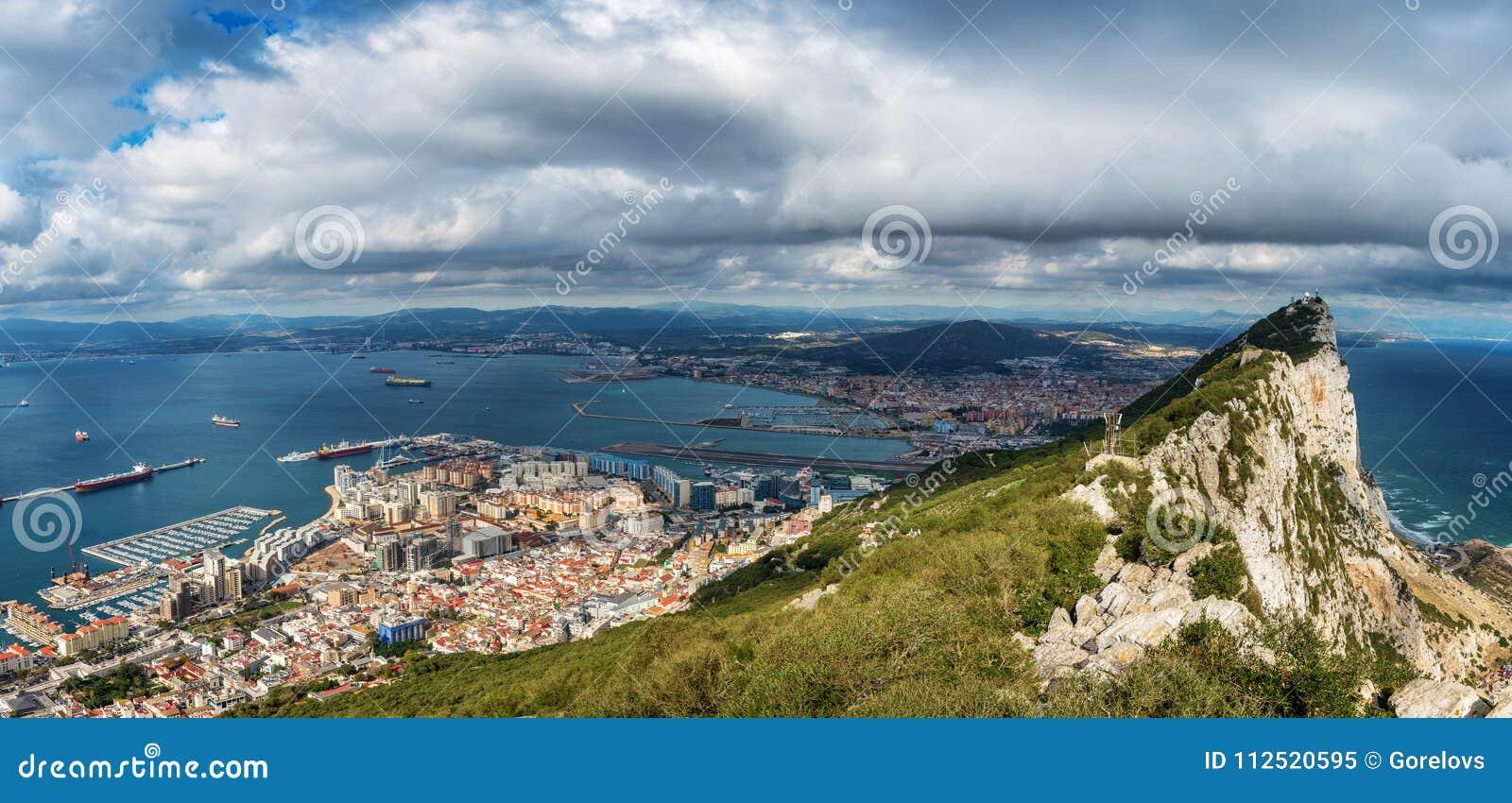 Vista aérea na cidade de Gibraltar da reserva natural da rocha superior: no deixou a cidade de Gibraltar e a baía, cidade de Line