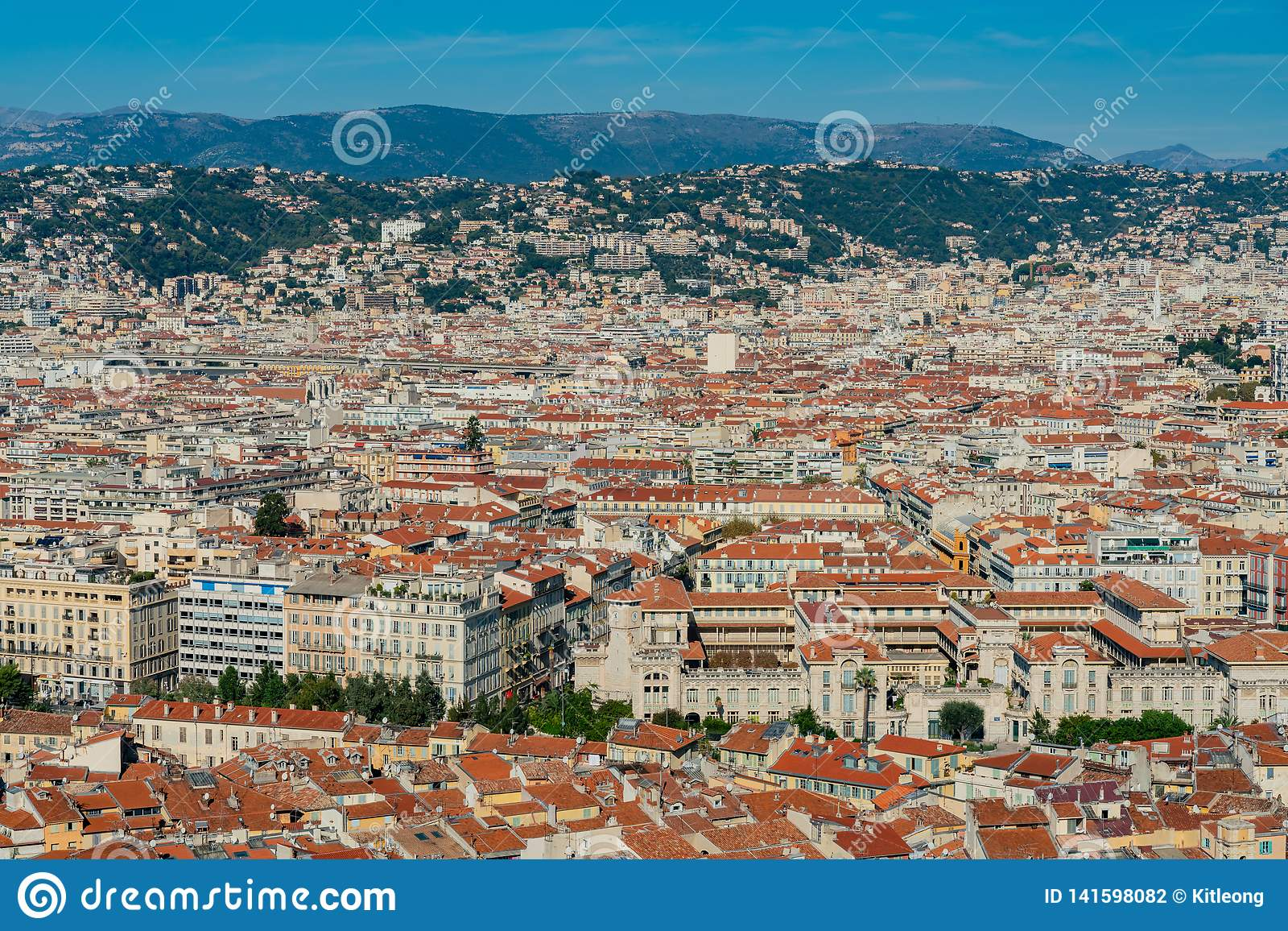Vista aérea Niza del paisaje urbano céntrico de la colina del castillo