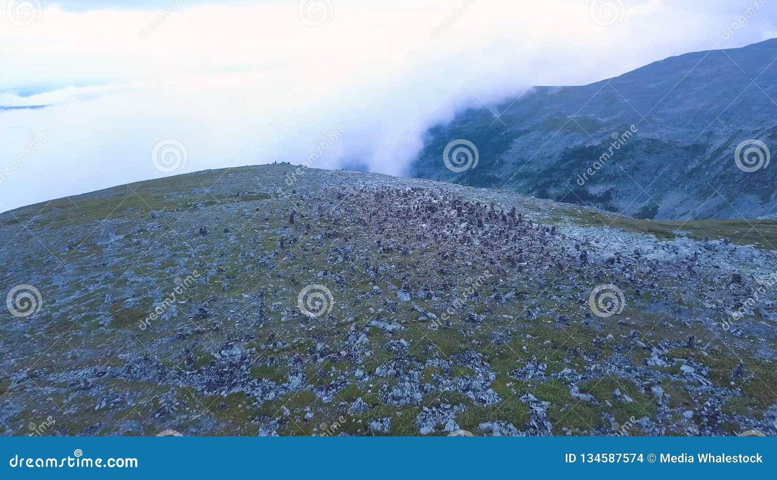 Vista aérea no pico de montanha com fundo do lago Paisagem surpreendente das montanhas com lagoas