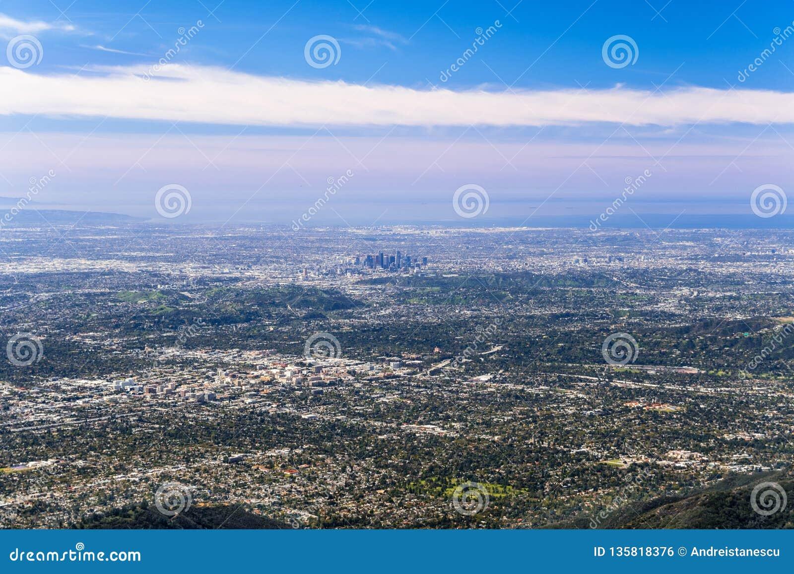 Vista aérea panorámica del centro de la ciudad de Los Angeles y la zona metropolitana que la rodea; Pasadena en el primero plano;