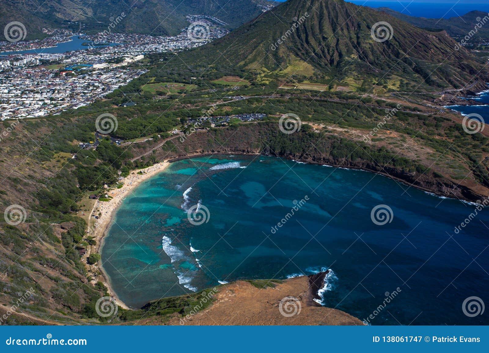 Vista aérea que sorprende de la bahía escénica Oahu Hawaii de Haunama