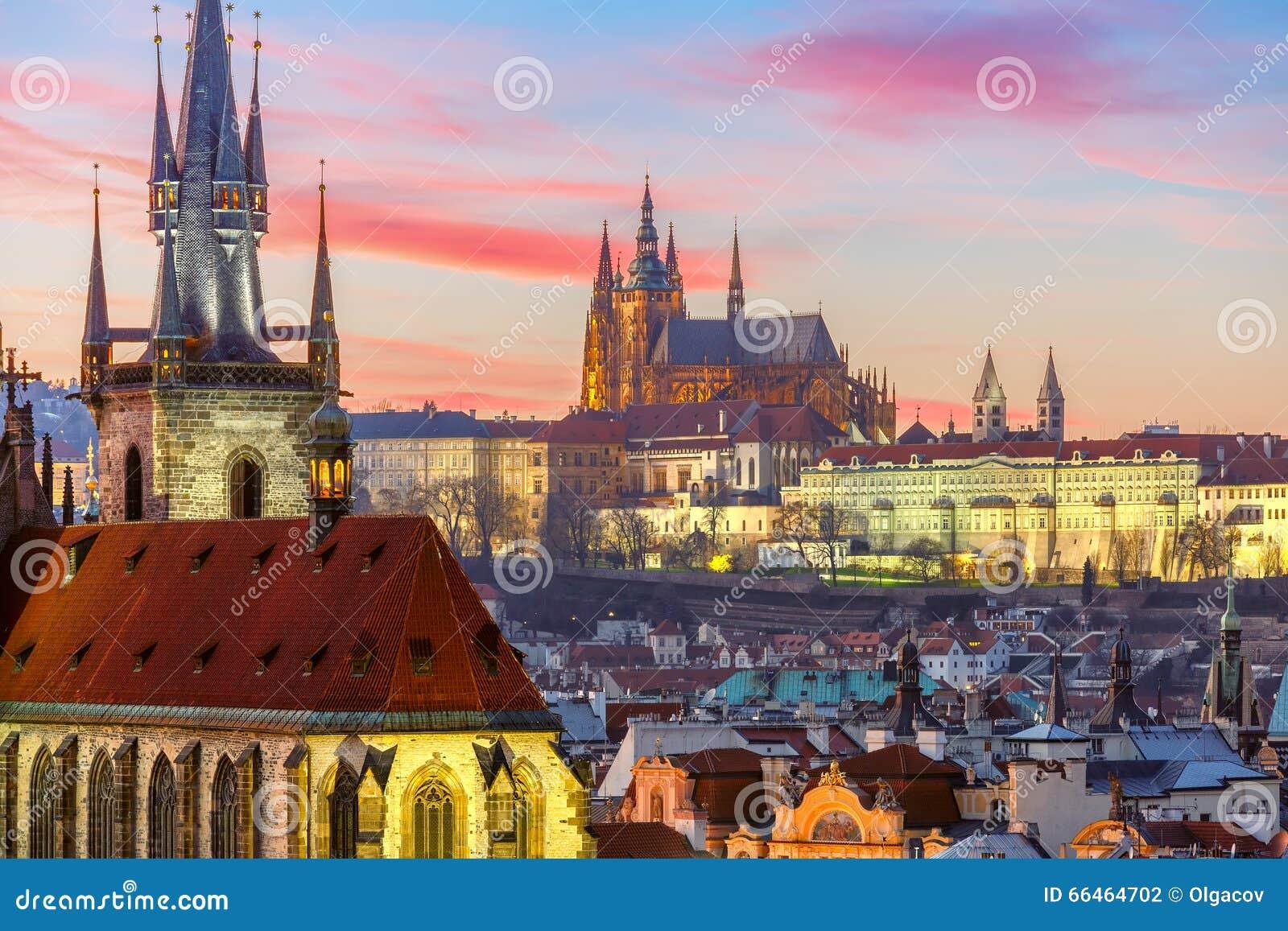 Vista aérea sobre a cidade velha no por do sol, Praga