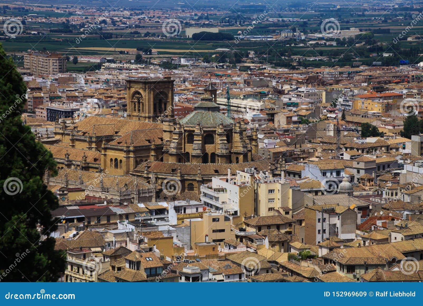 Vista aérea sobre Granada de Alhambra com o renacentista de Catedral da catedral, a Andaluzia