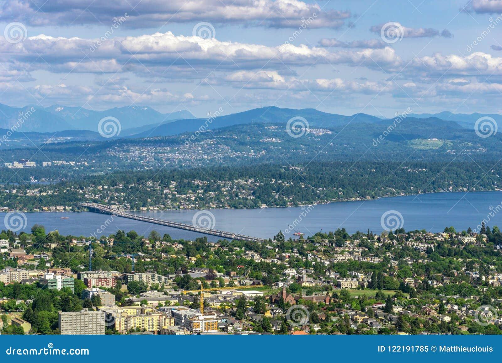 Vista aérea y remota de Seattle Leschi con el puente de encaje de V Murrow sobre el lago Washington y el sedero Island y Bellevue