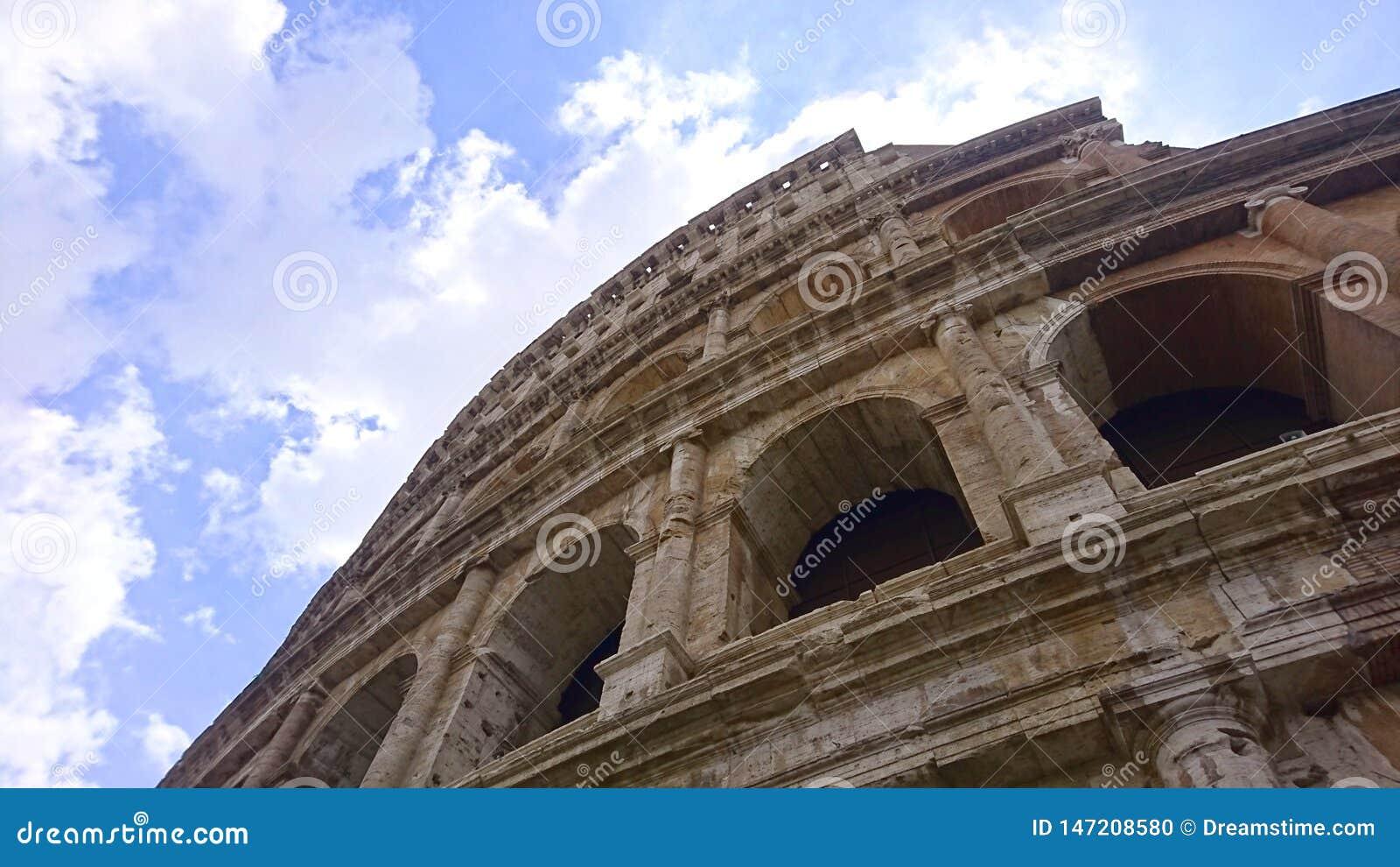 Vista acima através da fachada do Colosseum em Roma