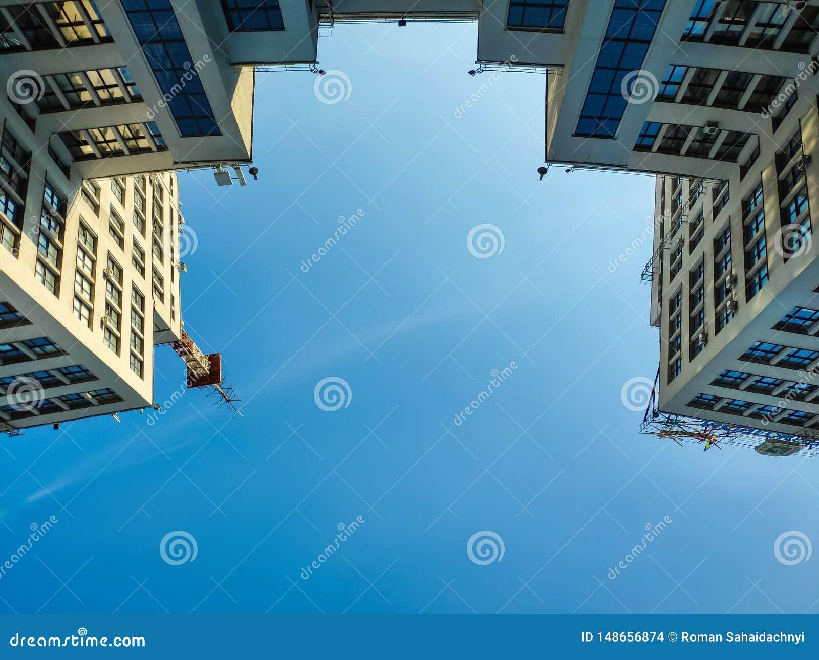 Vista acima da constru??o ou do Gosprom da ind?stria do estado constru?da na arte da constru??o sobre o c?u azul