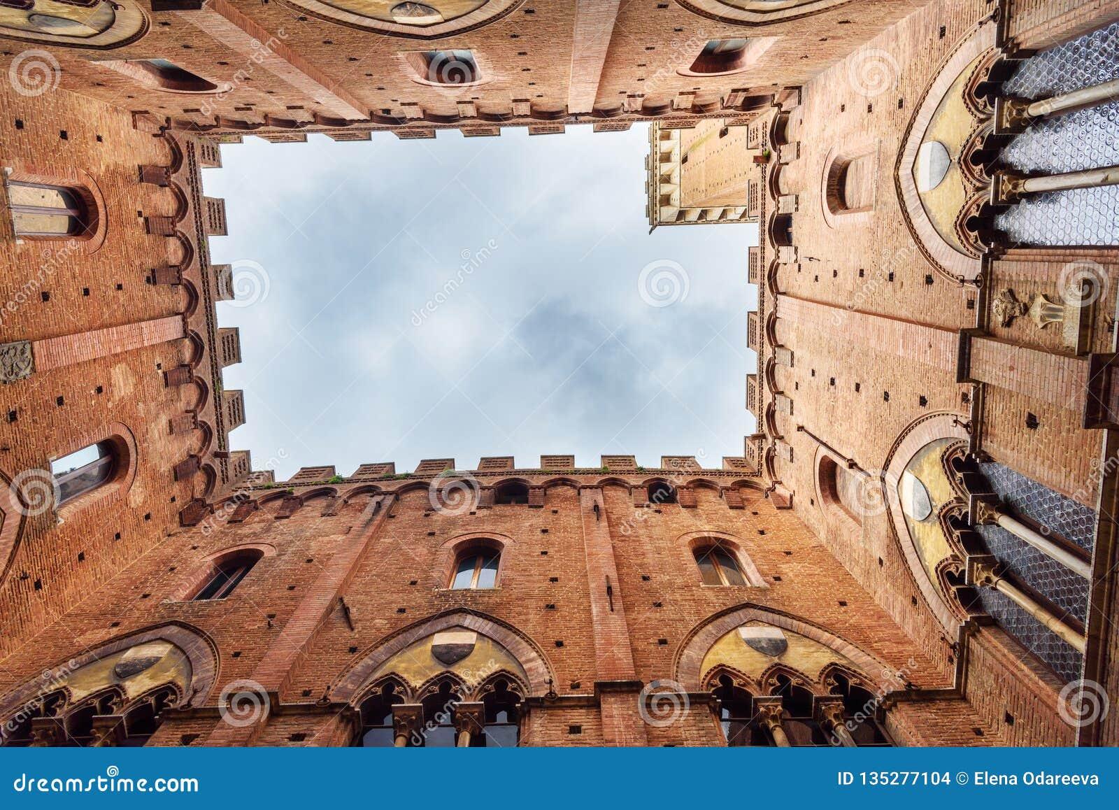 Vista acima de Cortile del Podesta, pátio de Palazzo Pubblico em Siena Italy