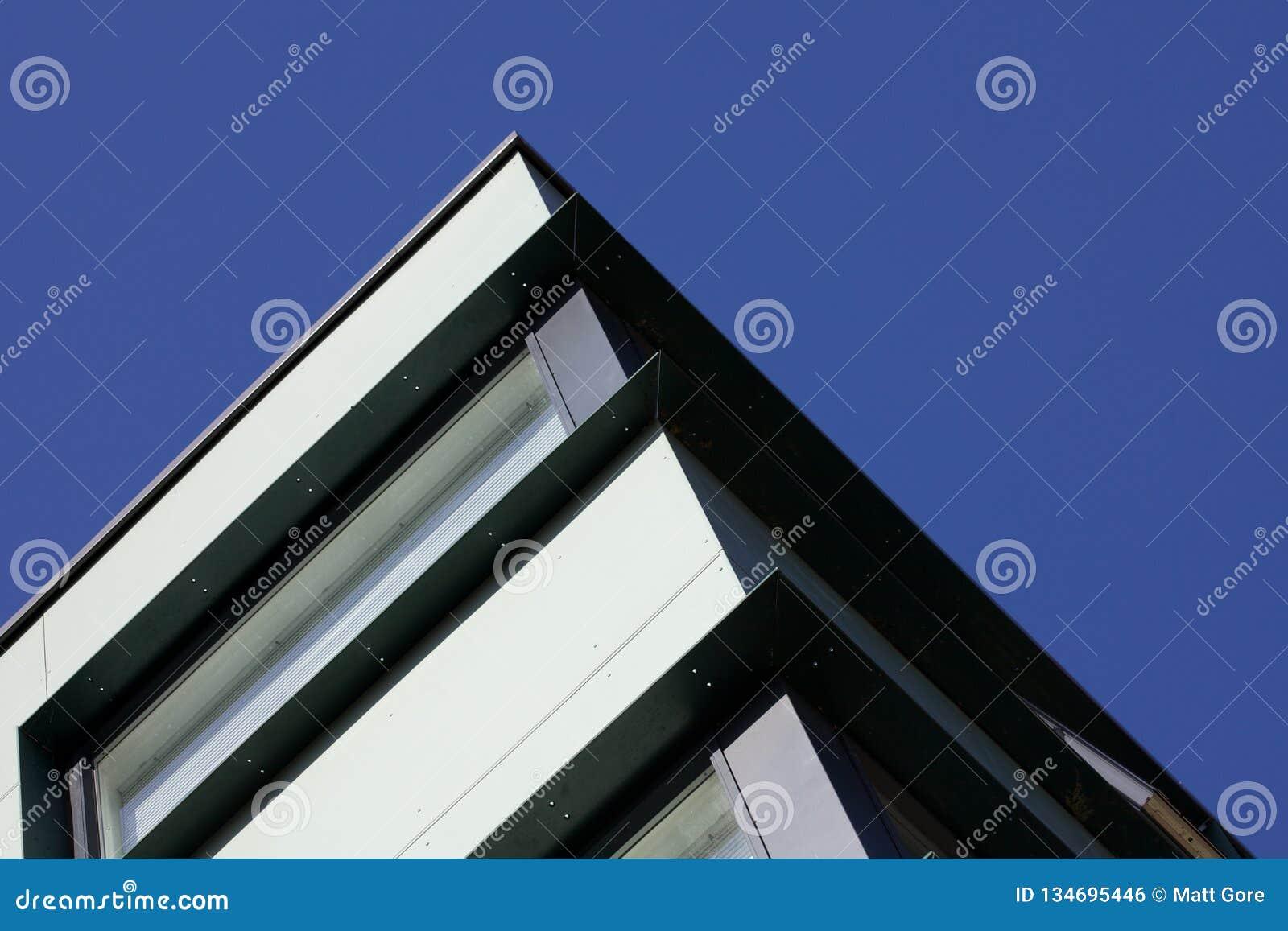 Vista acima em um canto de um grupo de construção de aço moderno contra um céu azul torrado