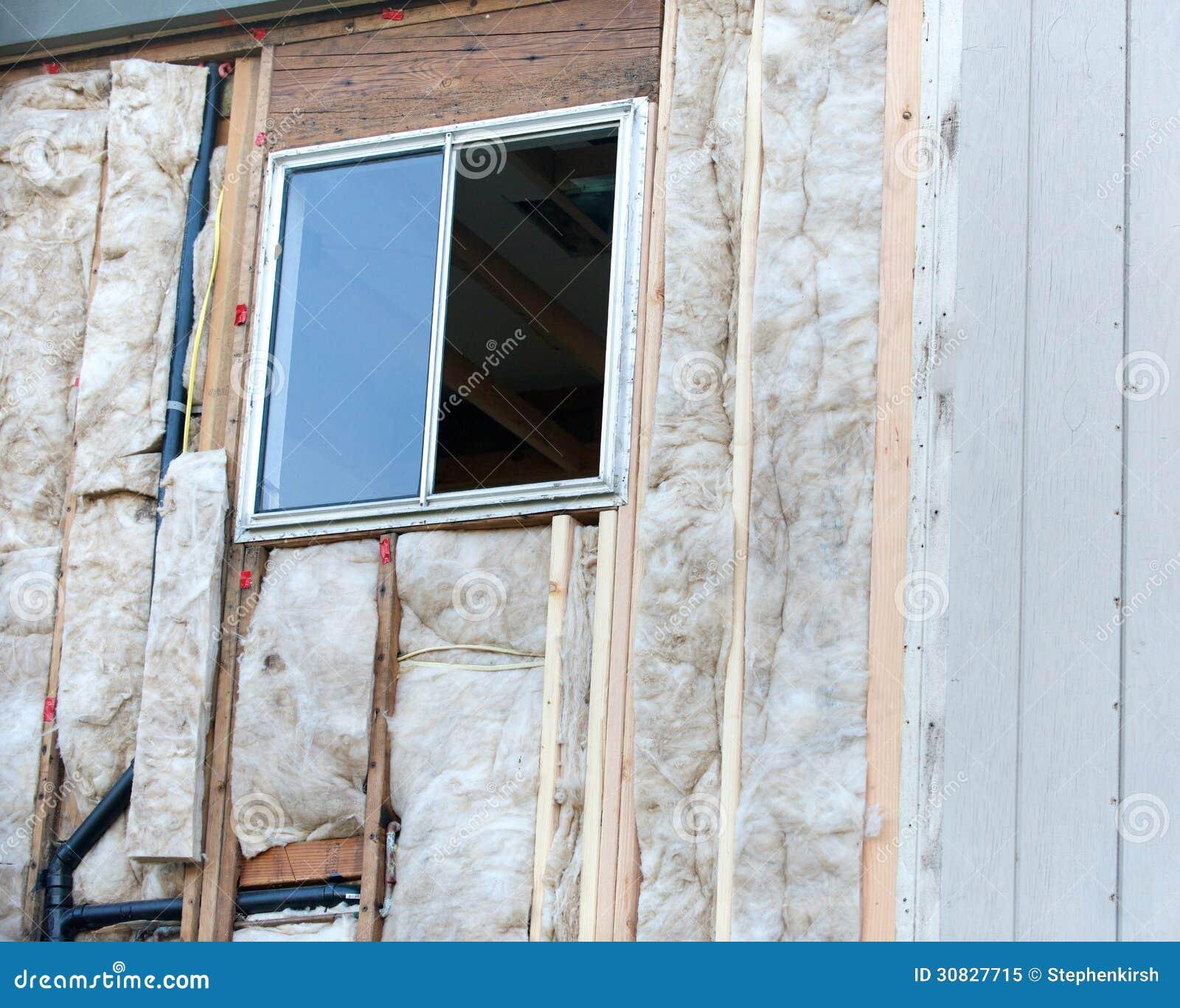Vista ad angolo di una finestra in costruzione, destra vuota dello spazio con la struttura