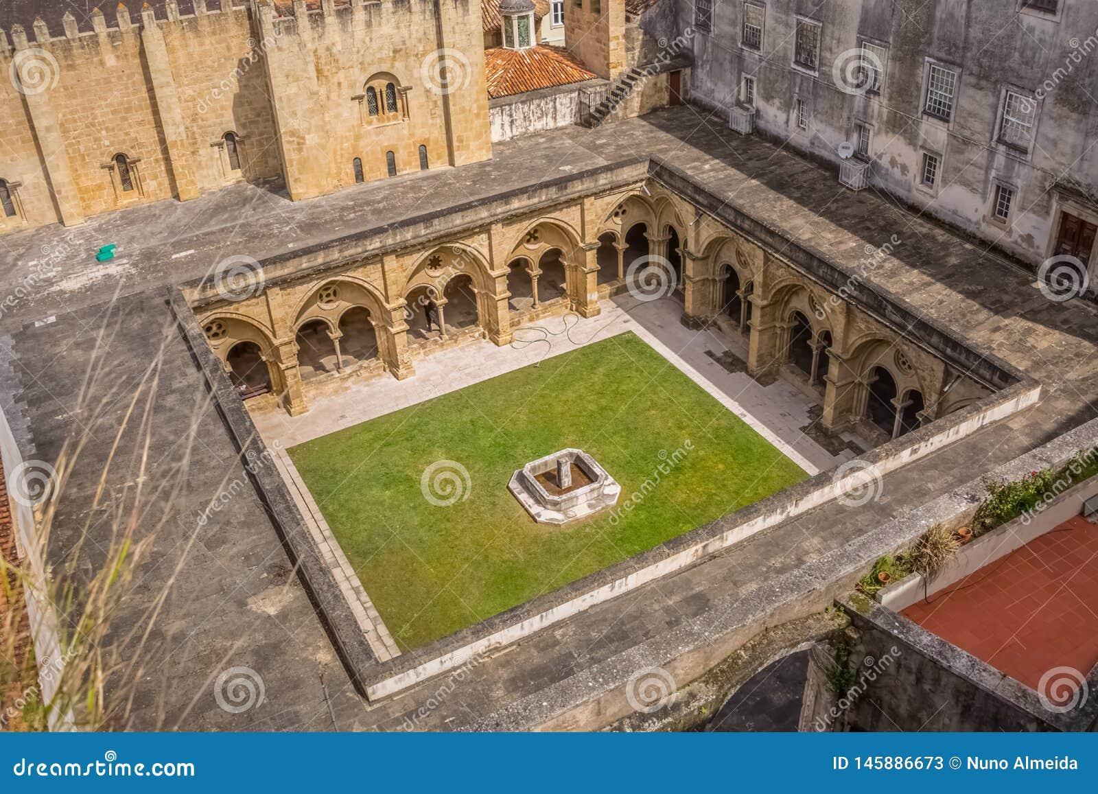 Vista aerea ad un convento sulla cattedrale di costruzione classica del   Sé Velha  a Coimbra, il Portogallo