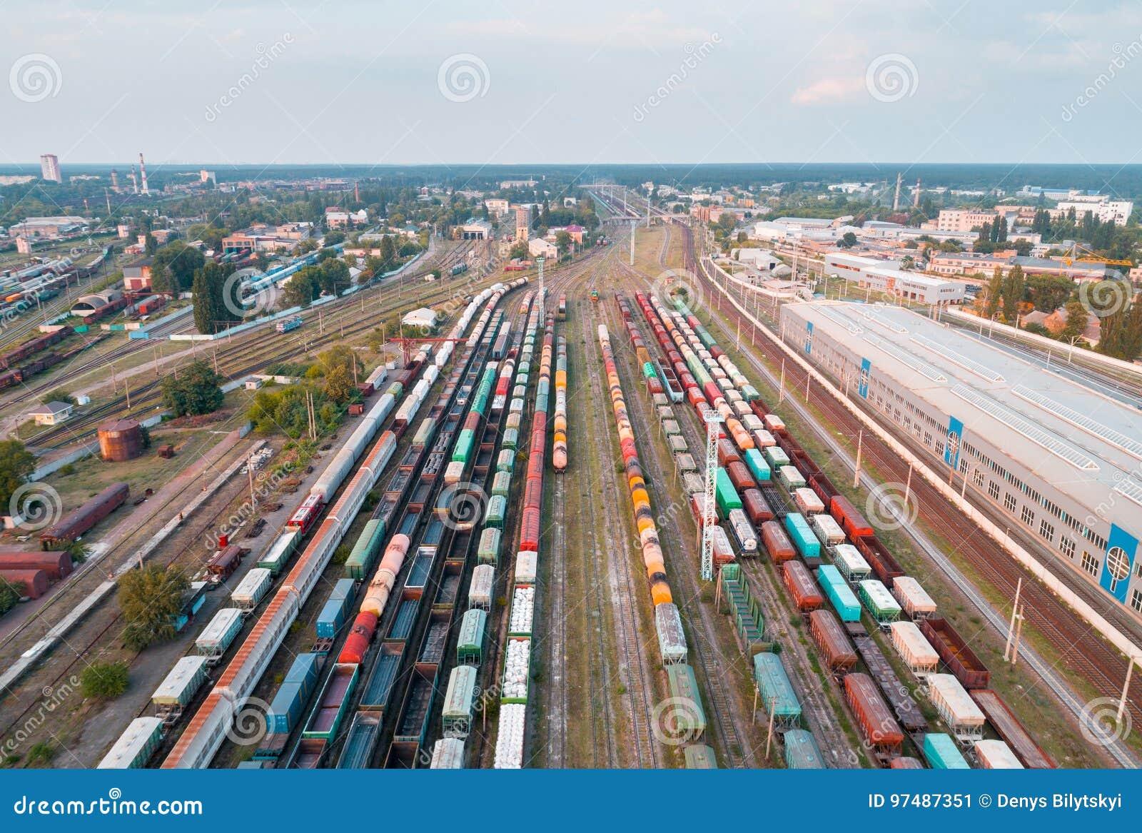 Vista aerea dei treni merci variopinti Stazione ferroviaria britannica