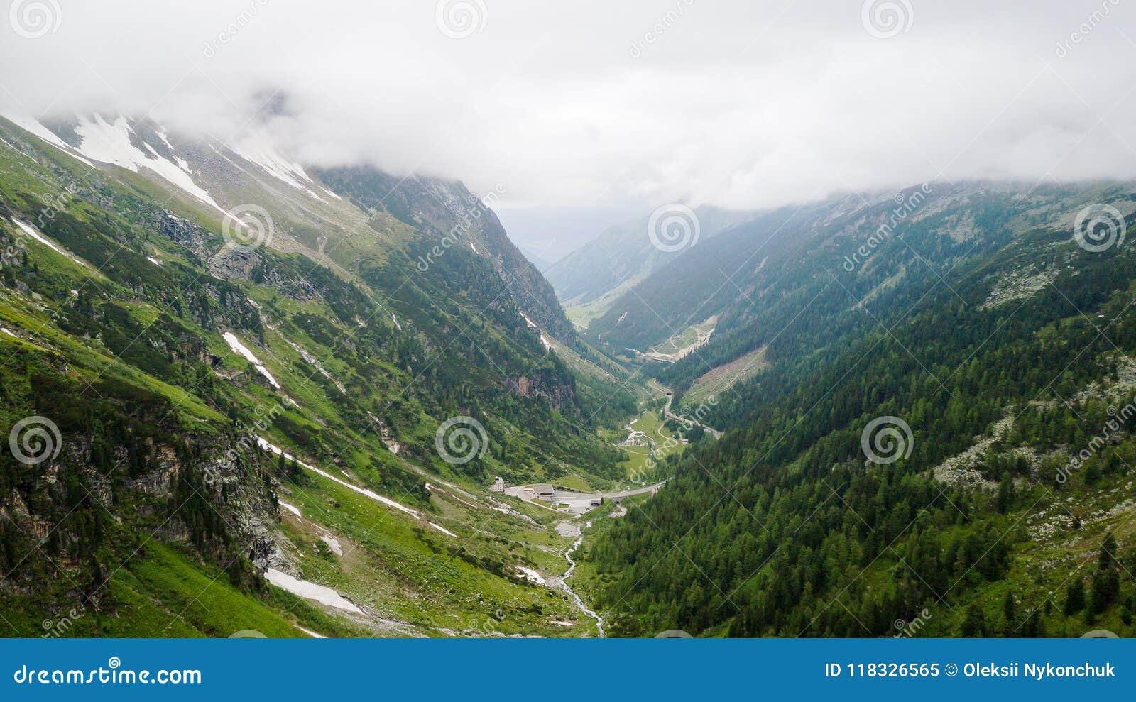 Vista aerea del canyon alto nelle montagne alpine