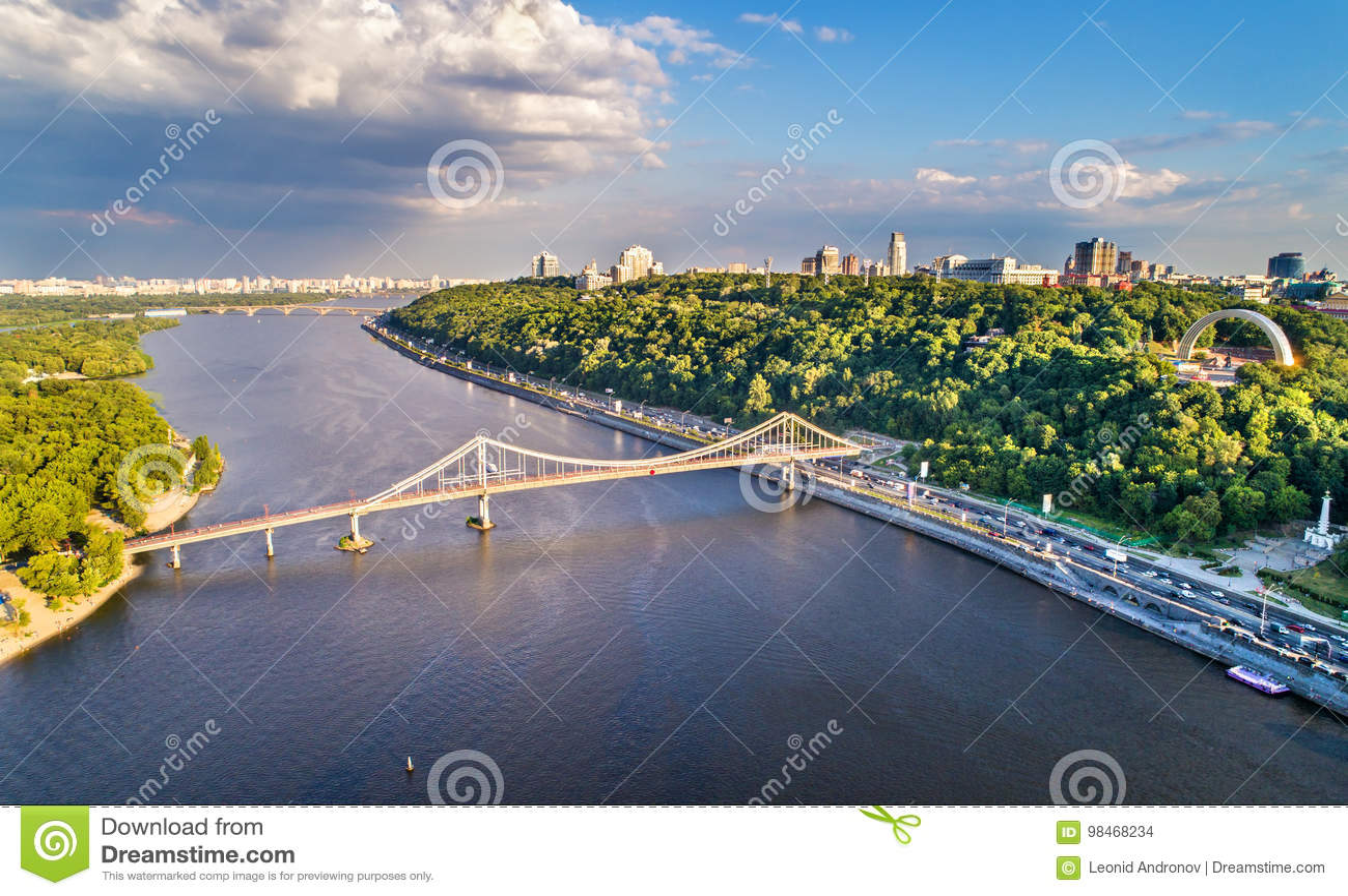 Vista aerea del Dnieper con il ponte pedonale a Kiev, Ucraina