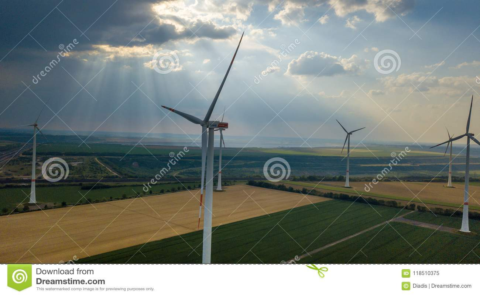 Vista aerea del landsc di zona industriale di energia del giacimento dei generatori eolici