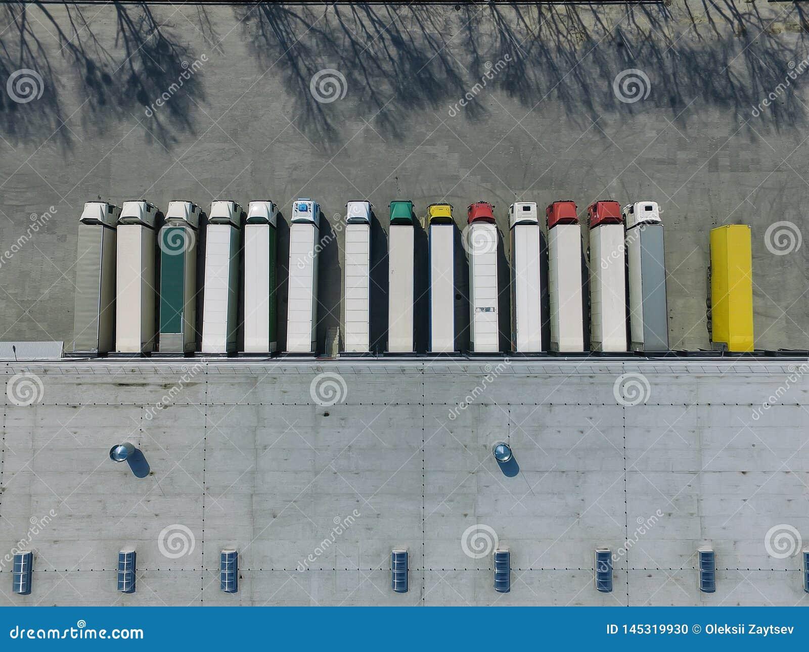 Vista aerea del magazzino delle merci Centro di logistica nella zona industriale della citt? da sopra