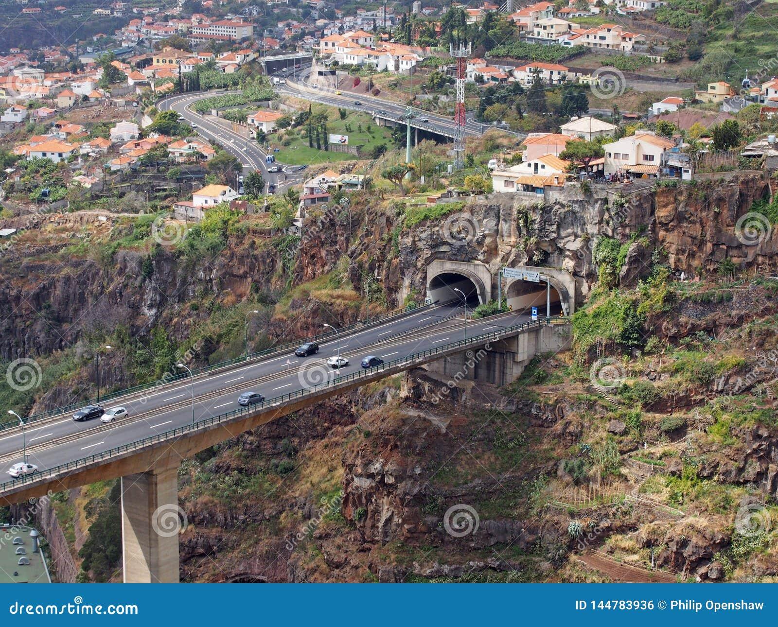 Vista aerea del paesaggio del ponte dell autostrada a Funchal che registra un tunnel nella valle con le costruzioni e le vie dell