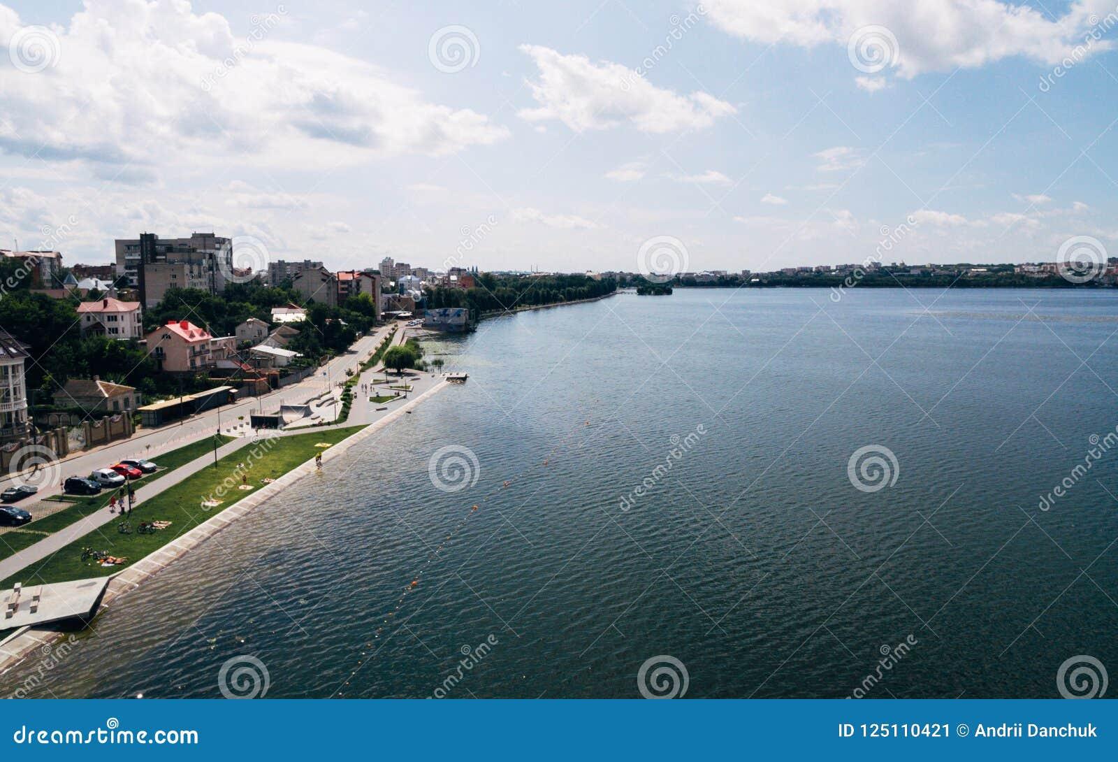 Vista aerea della città pittoresca verde sulla riva del lago Ternopil l ucraina