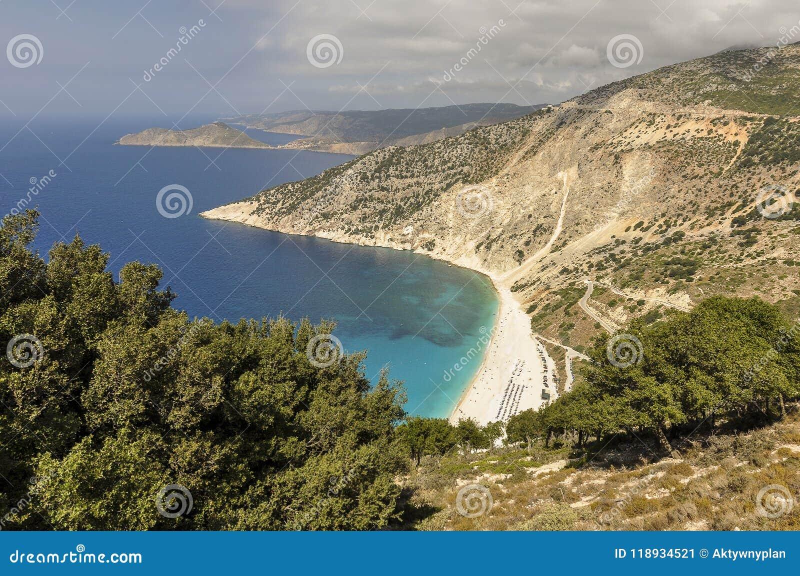 Vista aerea della costa della montagna, della spiaggia di sabbia e del mare blu