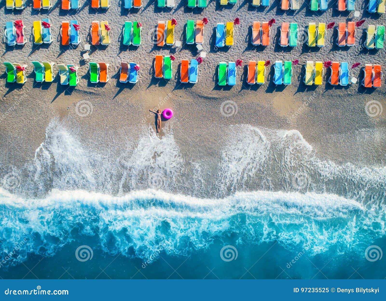 Vista aerea della donna di menzogne con l anello di nuotata nel mare