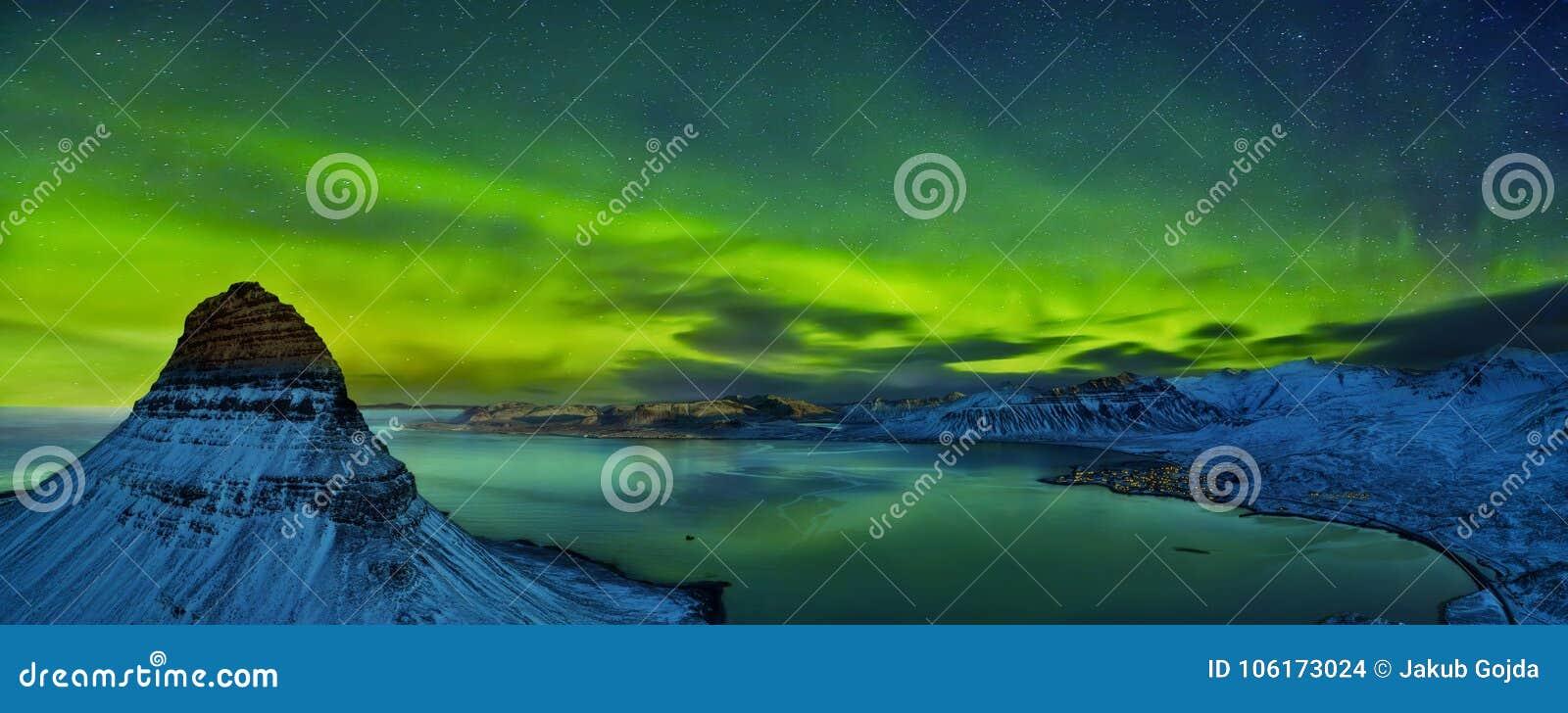 Vista aerea della montagna di Kirkjufell con il bello boreali dell aurora