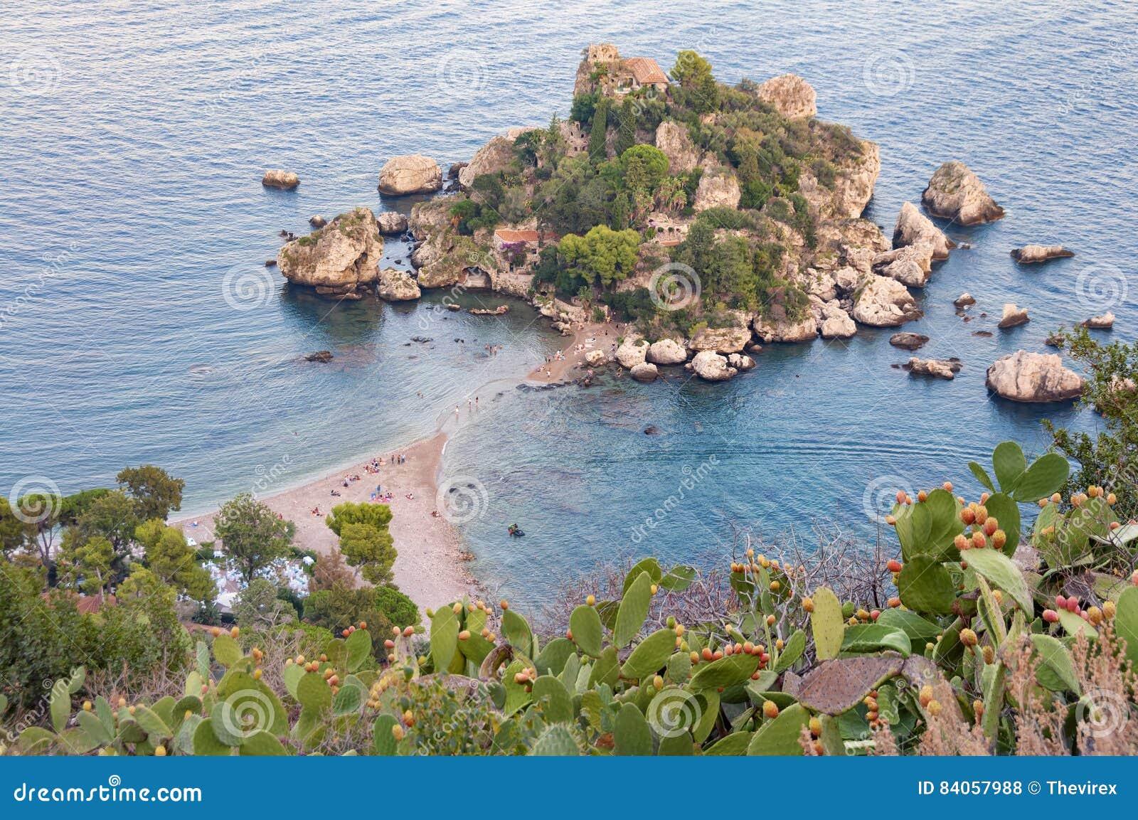 Vista aerea della spiaggia di Isola Bella in Taormina, Sicilia