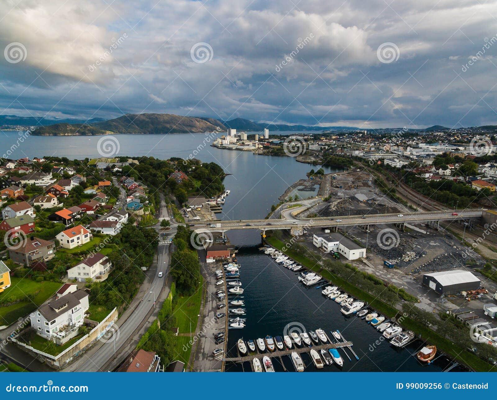 Vista aerea delle barche nel porticciolo