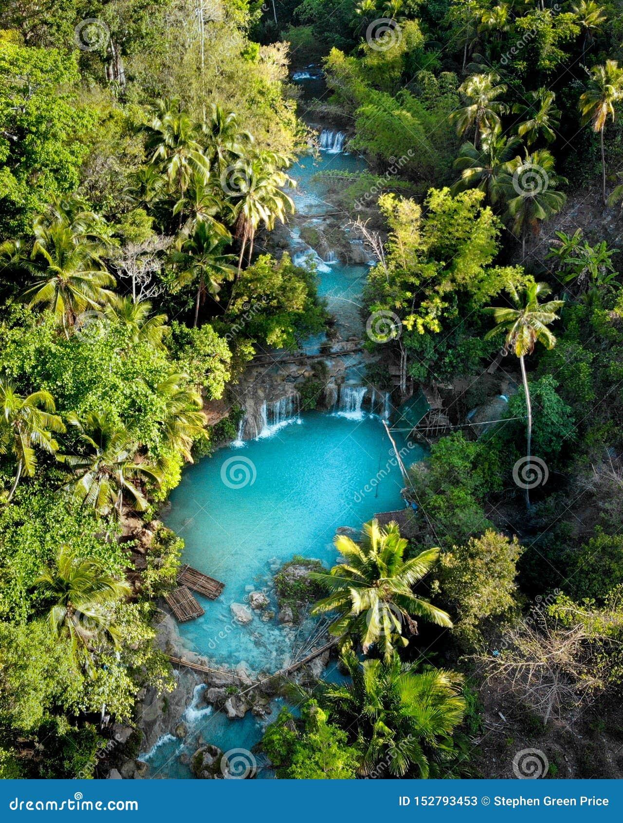 Vista aerea delle cascate di Cambugahay, Siquijor - le Filippine
