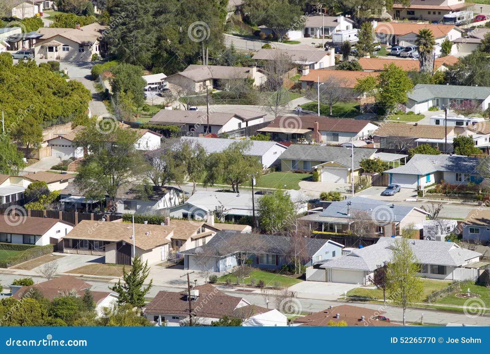 Vista aerea delle case nella suddivisione nel punto di vista della quercia, Ventura County, California